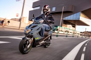 2018-Yamaha-AER50F-EU-Matt_Grey-Action-001-03