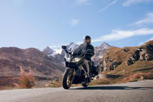 2020-Yamaha-FJR1300ASSPL-EU-Midnight_Black-Action-003-03