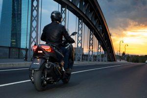 2020-Yamaha-XMAX400-EU-Sonic_Grey-Action-005-03